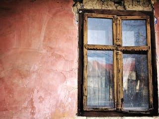 Fenster an einem alten Haus das vererbt wurde