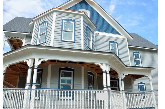 Vorderansicht eines blauen Holzhauses im amerikanischen Stil
