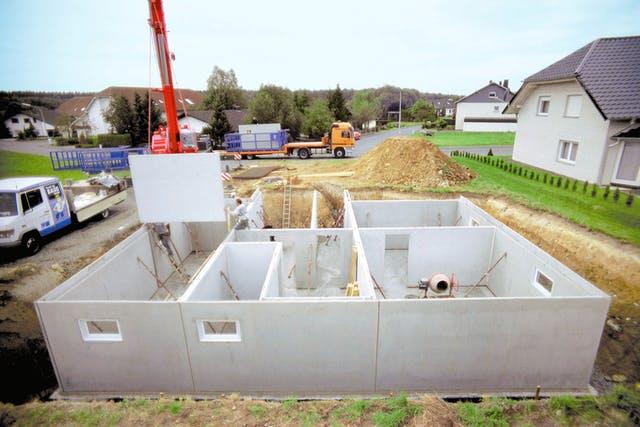 Fertigkeller beim Aufbau an der Baustelle