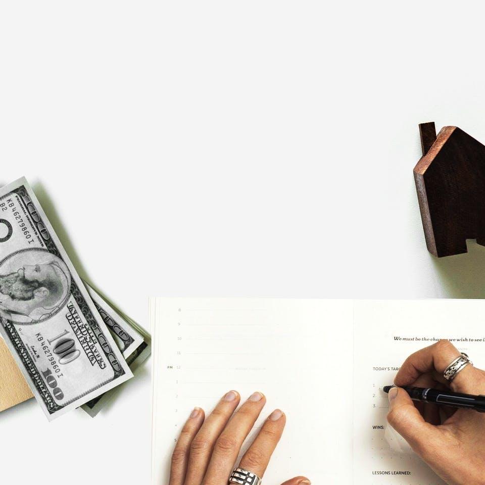 Kleines Haus, Geldscheine, Stift und Papier