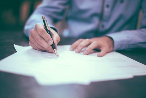 Mann unterzeichnet Formulare