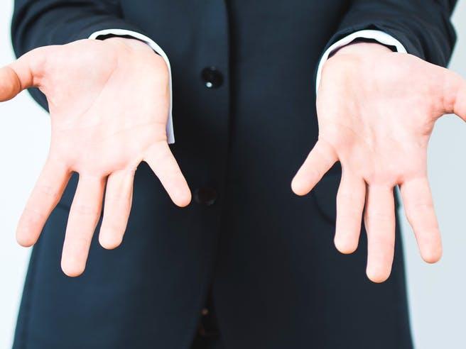 Zwei leere Männerhände