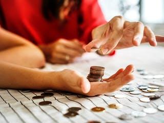 Mutter mit Kind beim Münzenzählen