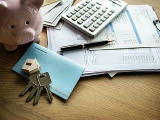 Sparschwein, Hausschlüssel und Verträge