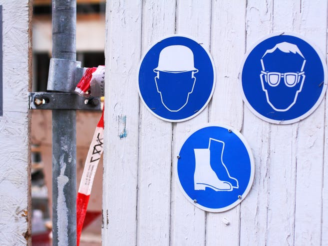 Drei Baustellenschilder beim Hausbau