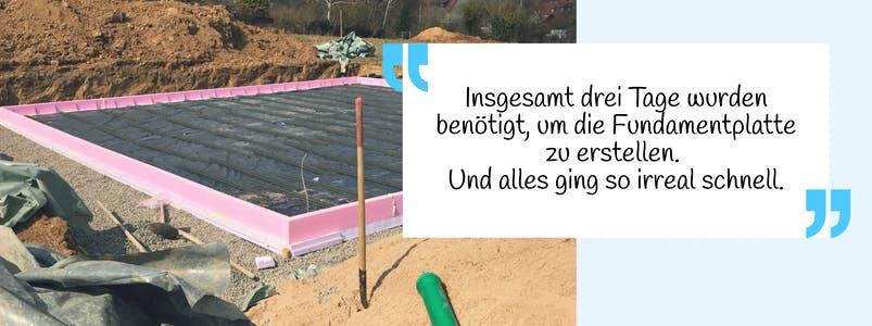 Fertige Bodenplatte mit rosa Rahmen und Zitat der Bauherrin