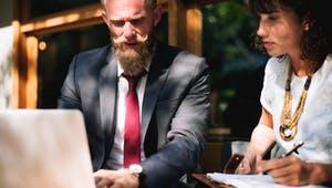 Anbieter führt mit einer Frau ein Beratungsgespräch am Laptop