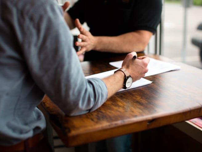 Zwei Männer im Beratungsgespräch bei der Planung