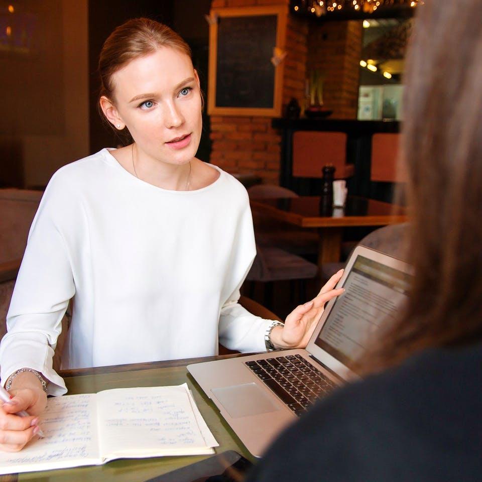 Frau beim Beratungsgespräch mit Hausanbieter