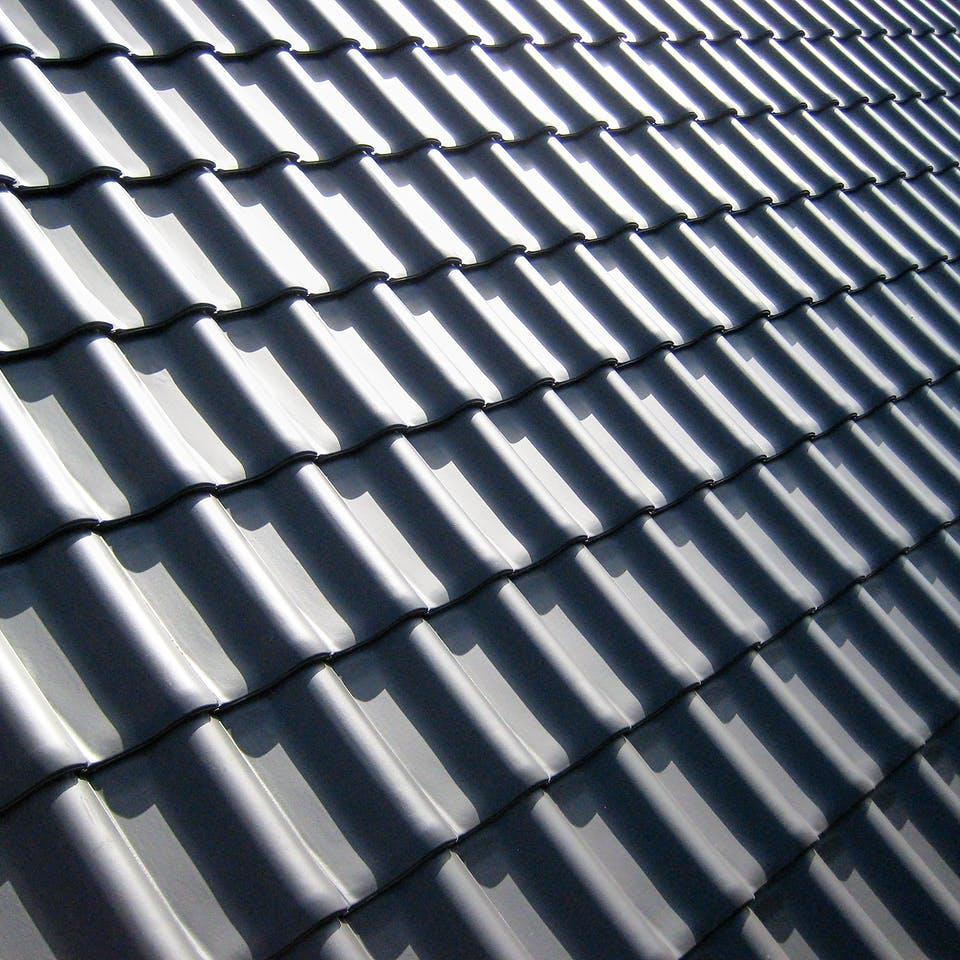 Gedecktes Dach mit schwarzen Betonziegeln