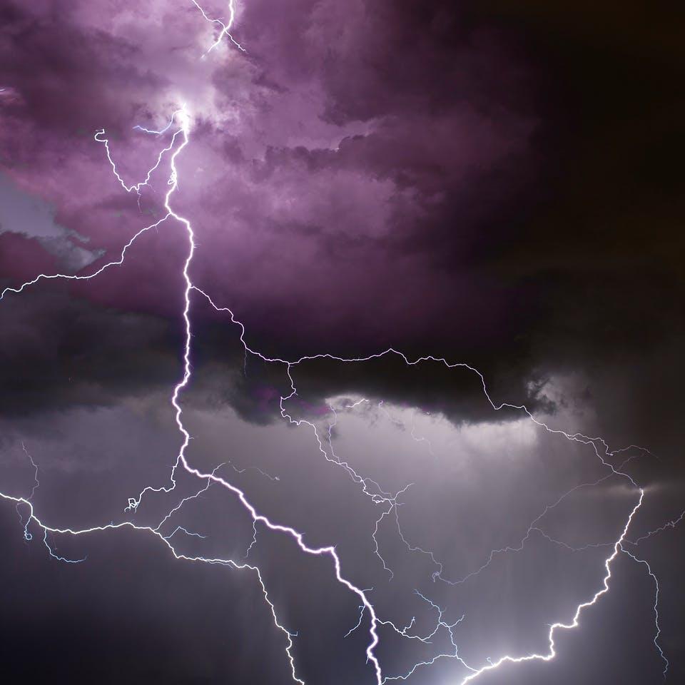 Blitz schlägt in ein Haus ein