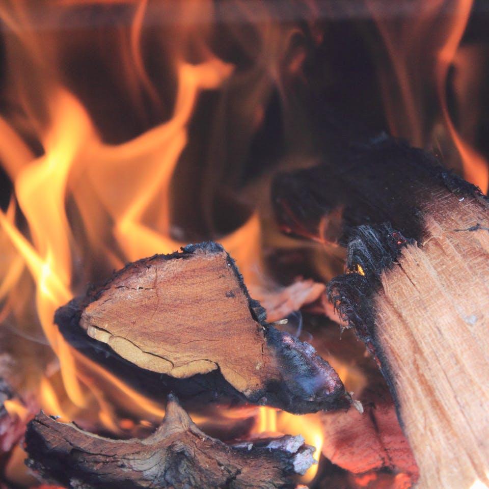 Holz brennt als Feuer zum heizen