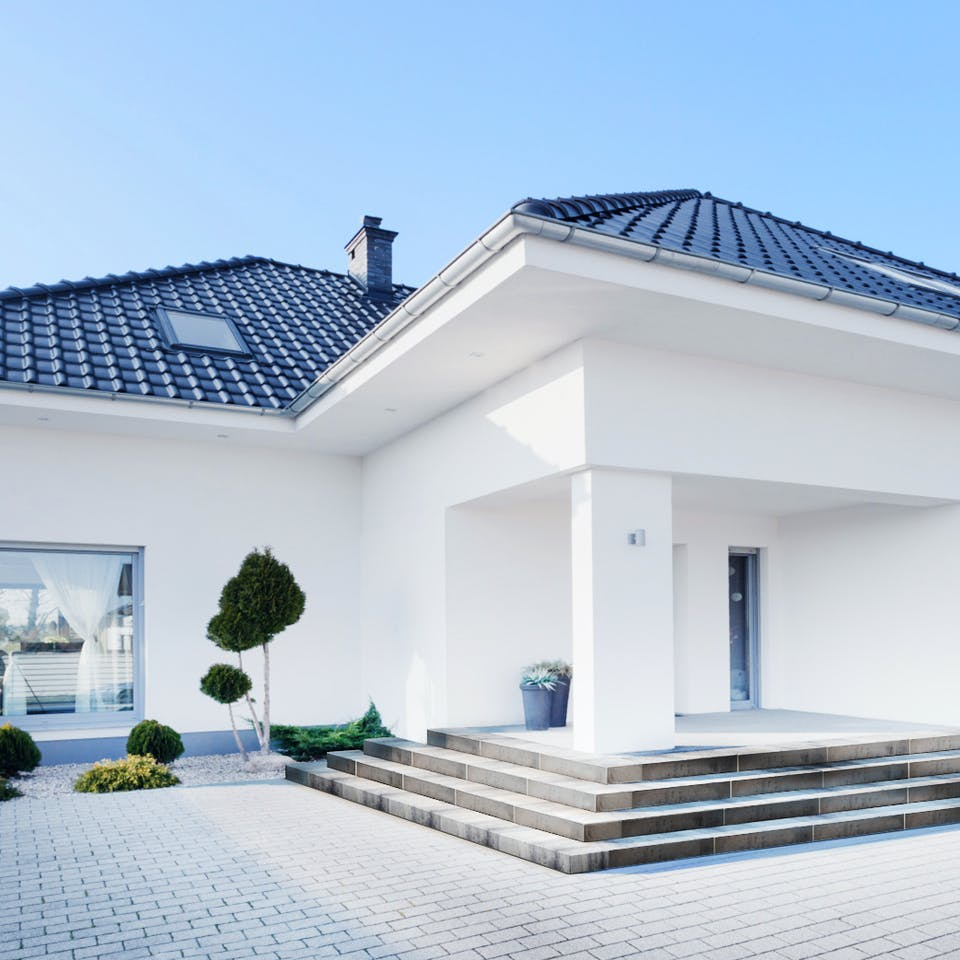 Überdachter Hauseingang mit Stufen