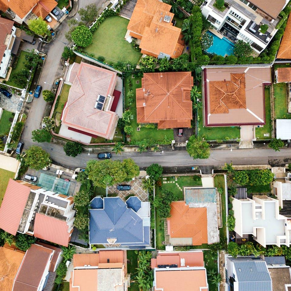 Häusersiedlung von oben mit unterschiedlichen Dächern