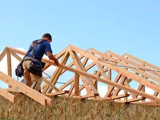 Dach wird mit kleinem Dachstuhl aufgestockt