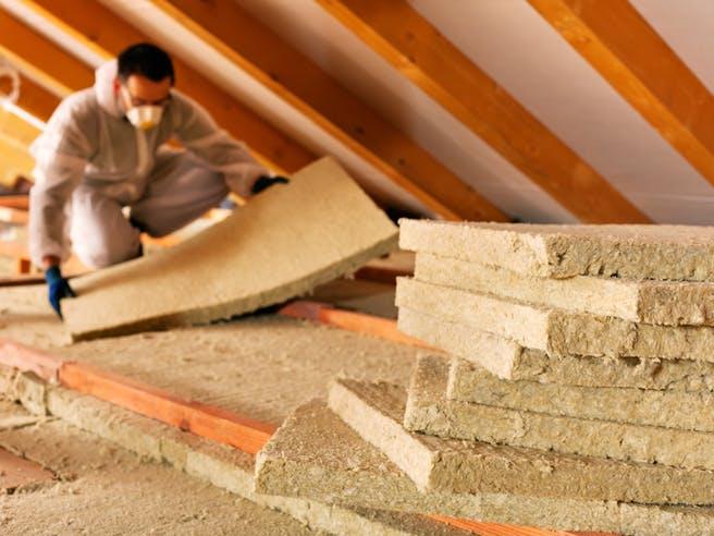 Dämmmatten werden in das Dach eingebaut