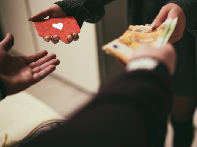 Eine Person leiht der anderen Geldscheine