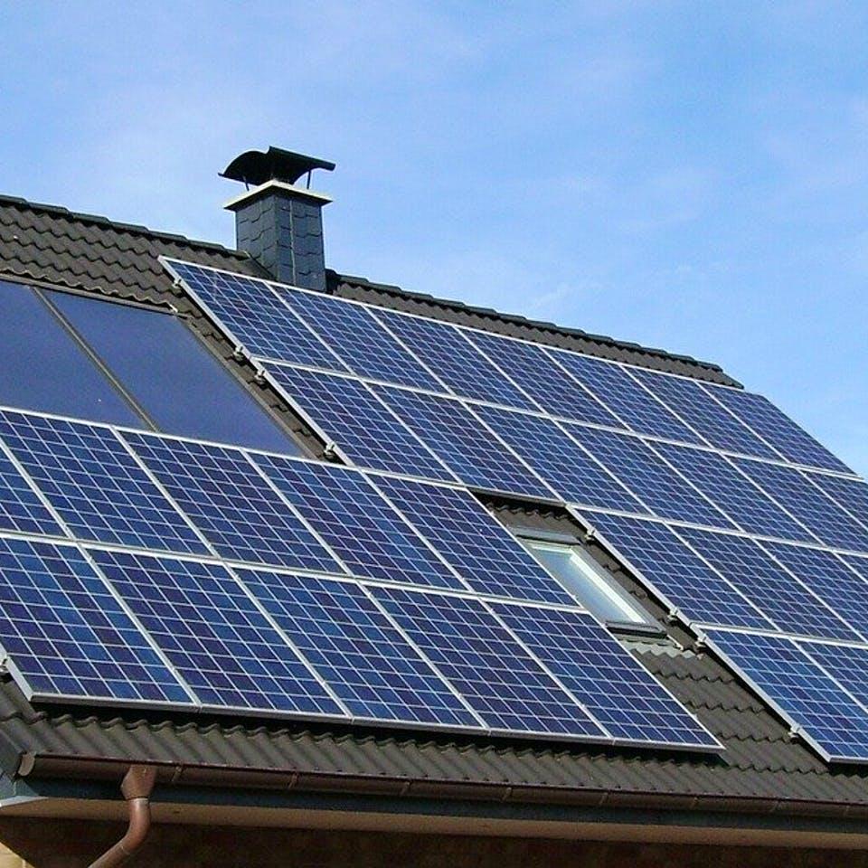 Massivhaus Satteldach mit Photovoltaikanlage
