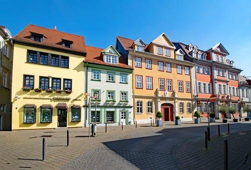 Einkaufsstraße mit alten bunten Häusern in Erfurt