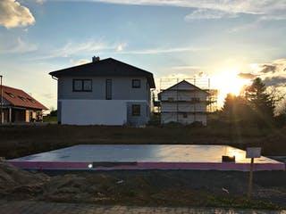 Fertige Bodenplatte im Sonnenuntergang