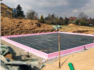 Hausfundament mit rosa Dämmung