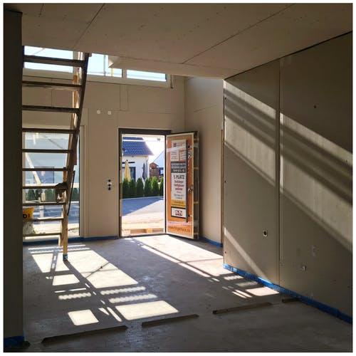 Fertighausrohbau im Eingangsbereich mit Treppe