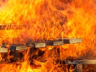 Holzlatten brennen im starken Feuer