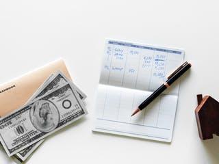 Ausgaben für Haushalt werden notiert