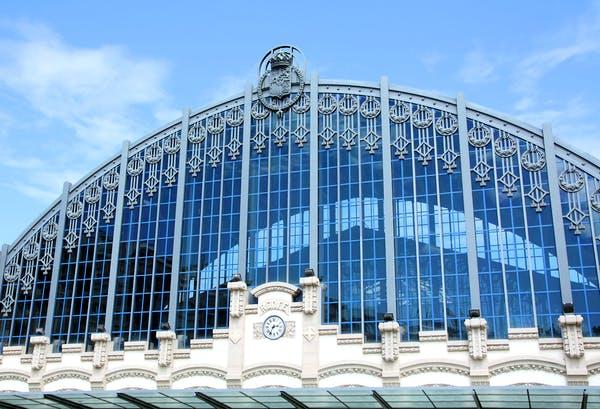 Bahnhof mit verglastem Tonnendach