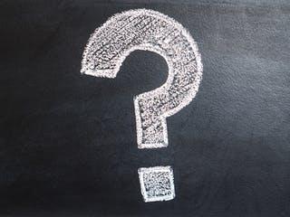 Großes Fragezeichen mit Kreide auf Tafel gemalt