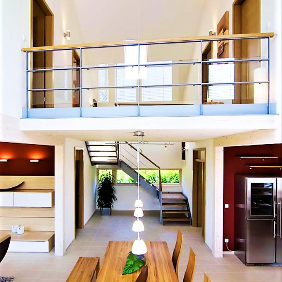 Galerie im Wohnzimmer mit Luftraum über dem Essbereich