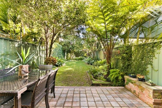 Reihenhaus Garten mit bepflanztem Zaun