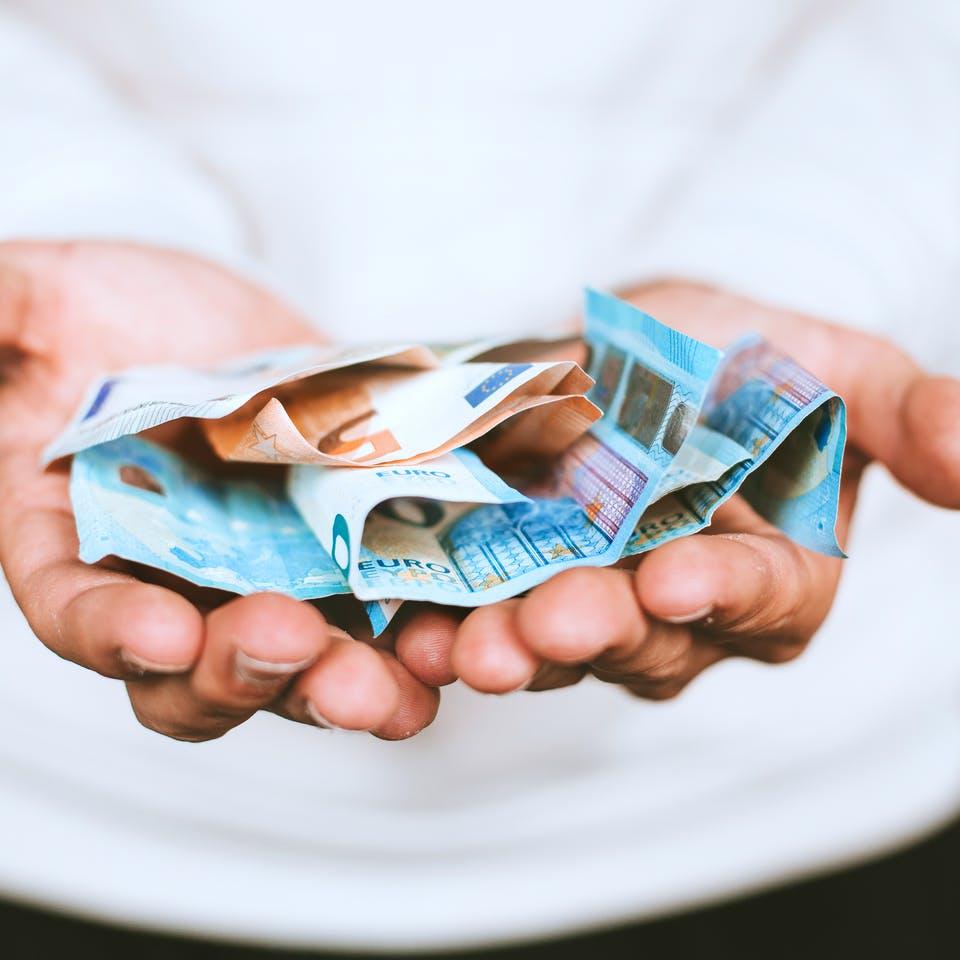 Hände halten Euroscheine
