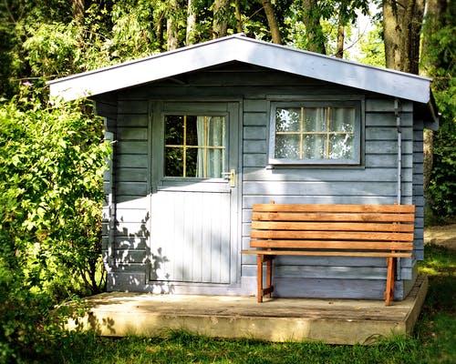 Hellblaues Gartenhäuschen aus Holz