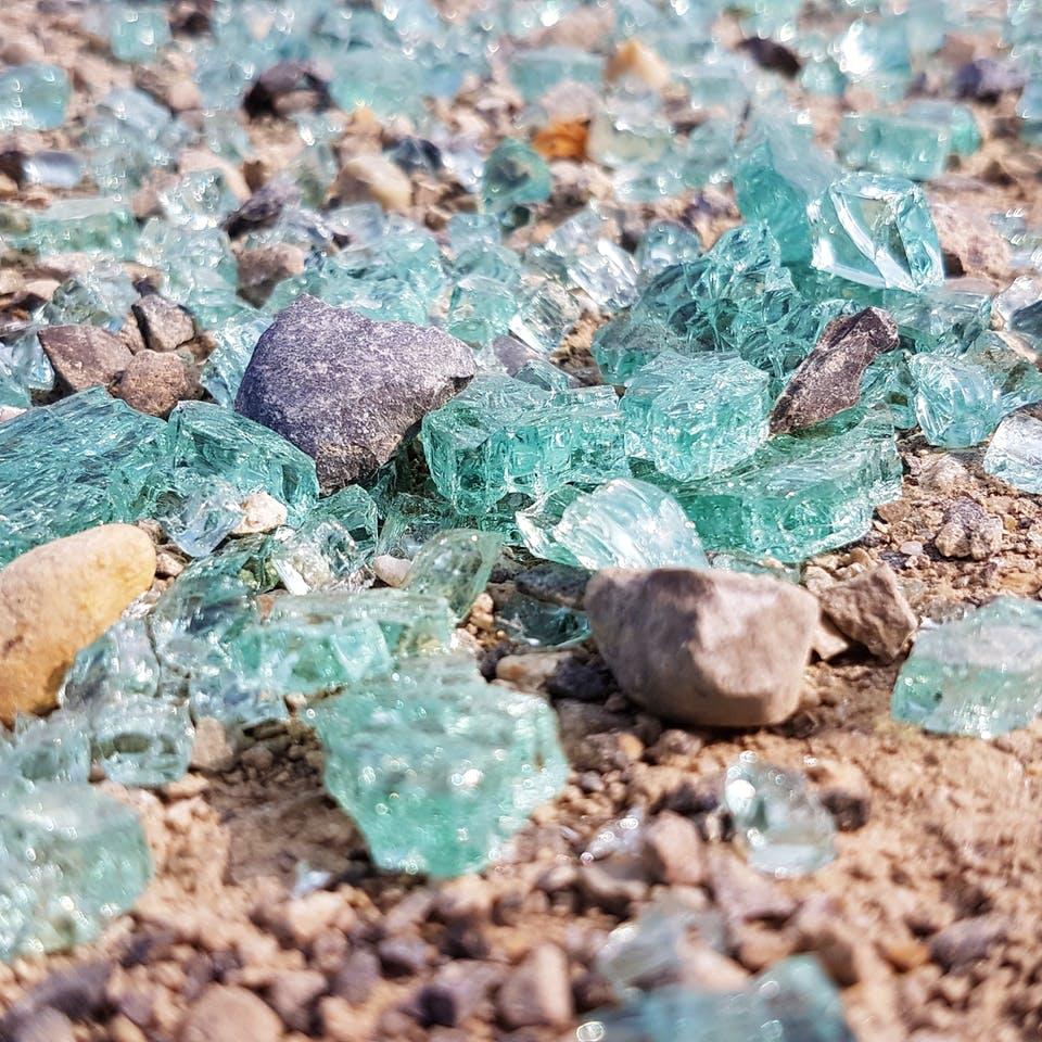 Kleine Glasteile, die auf dem Boden liegen