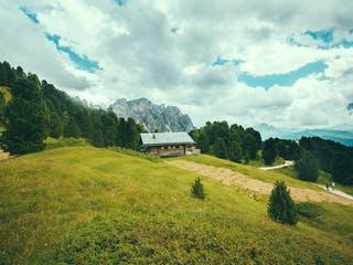 Holzhaus steht auf Grundstück am Hang in den Bergen