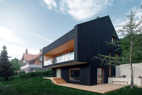 Satteldachhaus aus schwarzem Holz im modernen Design