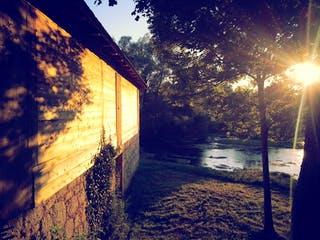 Haus wird seitlich von der Sonne angestrahlt
