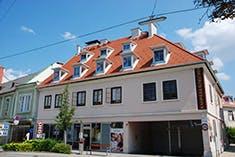 Älteres Haus mit vielen Flachgauben auf dem Dach