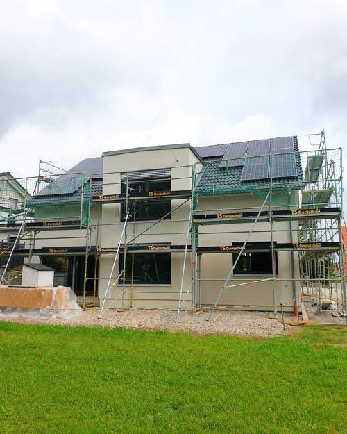 Haus während der Bauphase mit Photovoltaikanlage