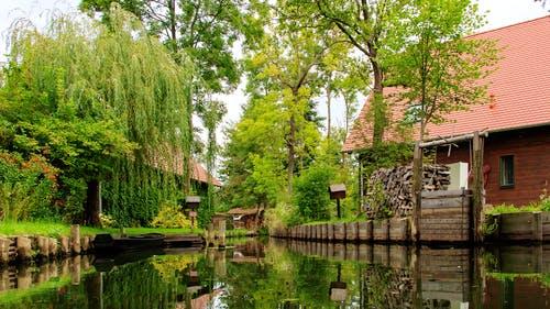 Haus steht am Fluss in der Natur