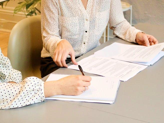 Käufer und Verkäufer geben sich die Hand beim Vertragsabschluss zum Hauskauf