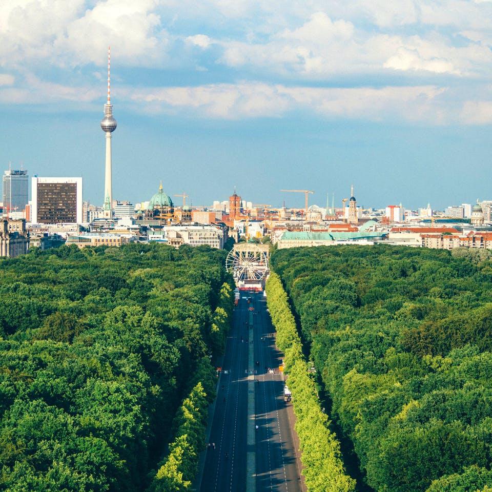 Berliner Skyline vom Tierpark aus mit Blick aufs Brandenbuger Tor