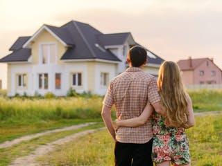 Baupaar steht vor ihrem Haus