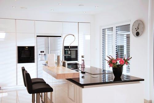 Moderne Küche in weiß mit Kochinsel