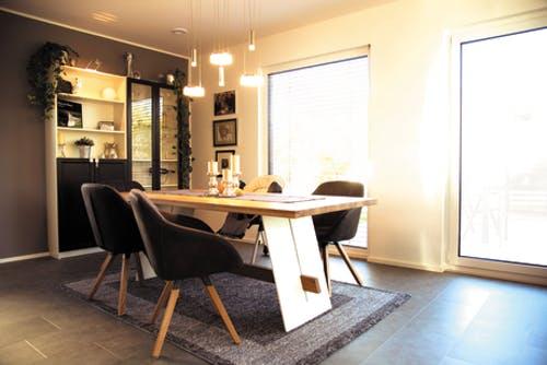 Eingerichtetes Wohnzimmer nach Innenausbau in Eigenleistung