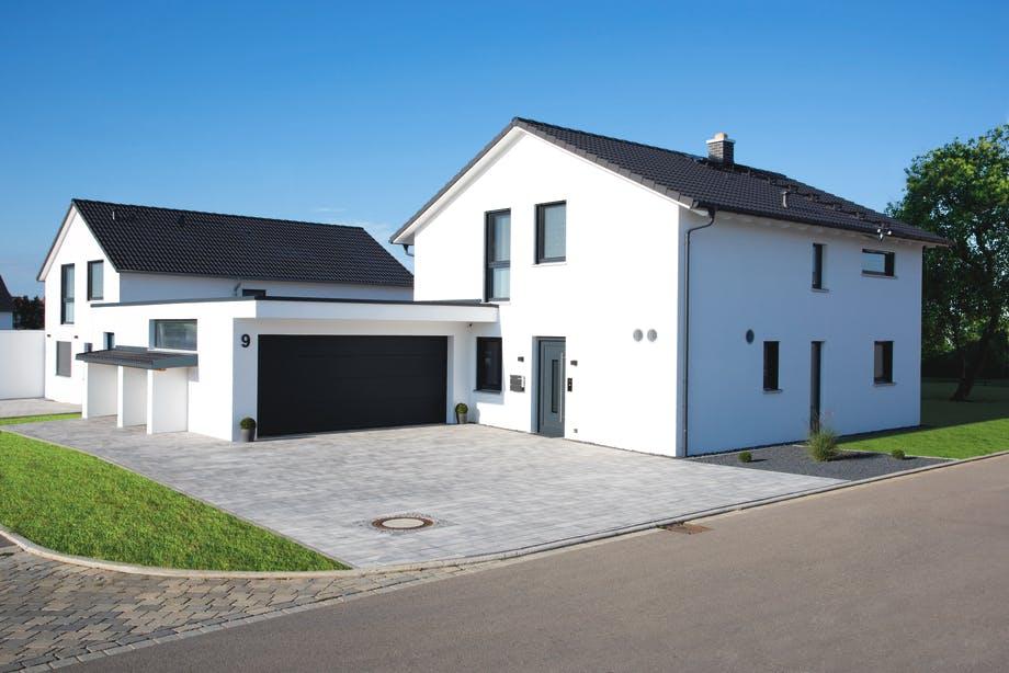 Satteldachhaus mit Doppelgarage von Living Haus