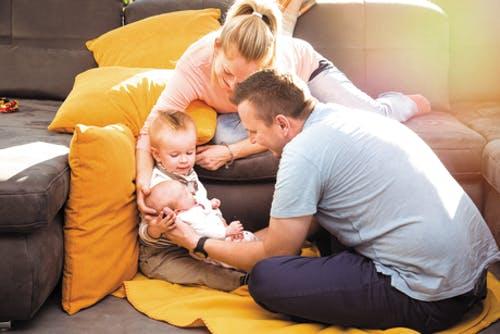 Glückliche Familie im neuen Haus