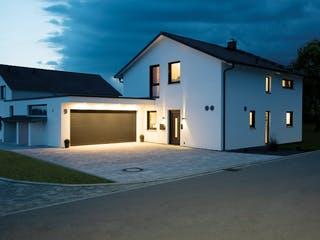 Einfamilienhaus mit Satteldach von Living Haus bei Nacht