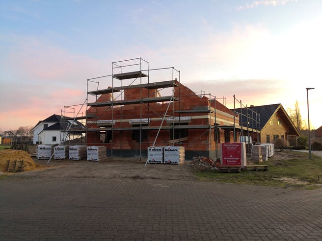 Bau der zweiten Etage eines Massivhauses